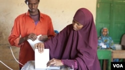 FILE - Woman casts her ballot in Somaliland municipal elections, Nov. 28, 2012. (Credit: Kate Stanworth)