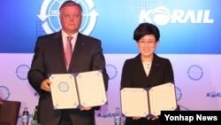 27일 서울에서 열린 'OSJD 사장단회의 및 제10차 국제철도물류회의'에서 최연혜 코레일 사장(오른쪽)과 블라디미르 이바노비치 야쿠닌 러시아 철도공사 사장이 '서울선언'을 발표한 뒤 기념촬영을 하고 있다.
