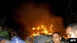 Xác chiếc máy bay AeroCarribean bốc cháy sau khi đâm xuống gần làng Guasimal trong tỉnh Santi Spiritus, Cuba