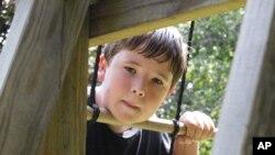 Un niño que padece del síndrome de Asperger juega en Falmouth, Maine. El síndrome fue retirado este fin de semana de la guía psiquiátrica en Estados Unidos.