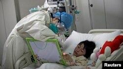 Một bé gái bị nhiễm cúm H7N9 được điều trị tại một bệnh viện ở Bắc Kinh, Trung Quốc, tháng 4 năm 2013.