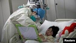 Một bệnh nhân cúm gia cầm được điều trị trong một bệnh viện ở Bắc Kinh