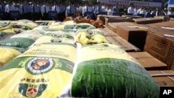 北京警察2011年5月在沒收的假冒偽劣糧食產品前宣傳防止經濟犯罪