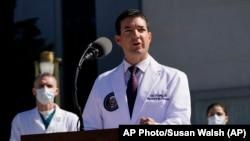 Д-р Шон Коні, терапевт президента США Дональда Трампа, провів брифінг для преси біля військового госпіталя Улотер Рід