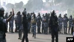 La police se mobilise autour de manifestants en colère après l'élection présidentielle, à Libreville, Gabon, le 31 août 2016.