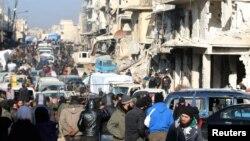 Các chiến binh nổi dậy và thường dân chờ được sơ tán khỏi một khu vực do phiến quân kiểm soát ở miền đông Aleppo, Syria, 18/12/2016.