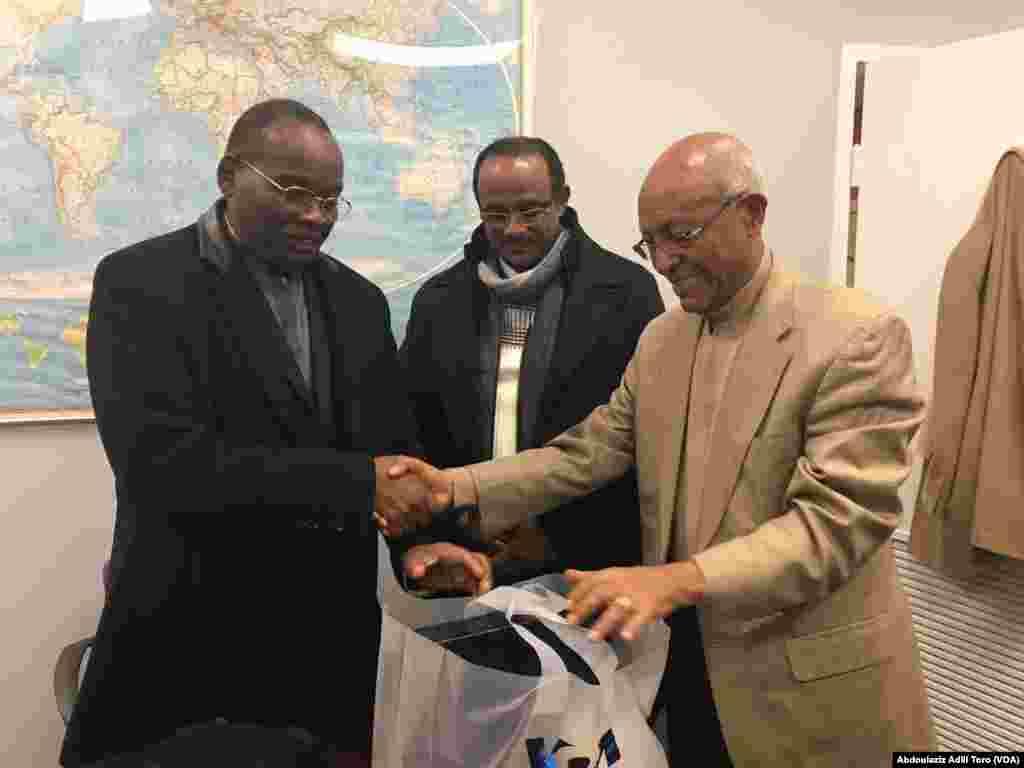 Darektan Sashen Afirka na Muryar Amurka, Negussie Mengesha tare da Ministan Ilimin kasar Nijar Daouda Mamadou Marthe, da kuma Mohamed Zeidane. Nuwamba 30, 2018