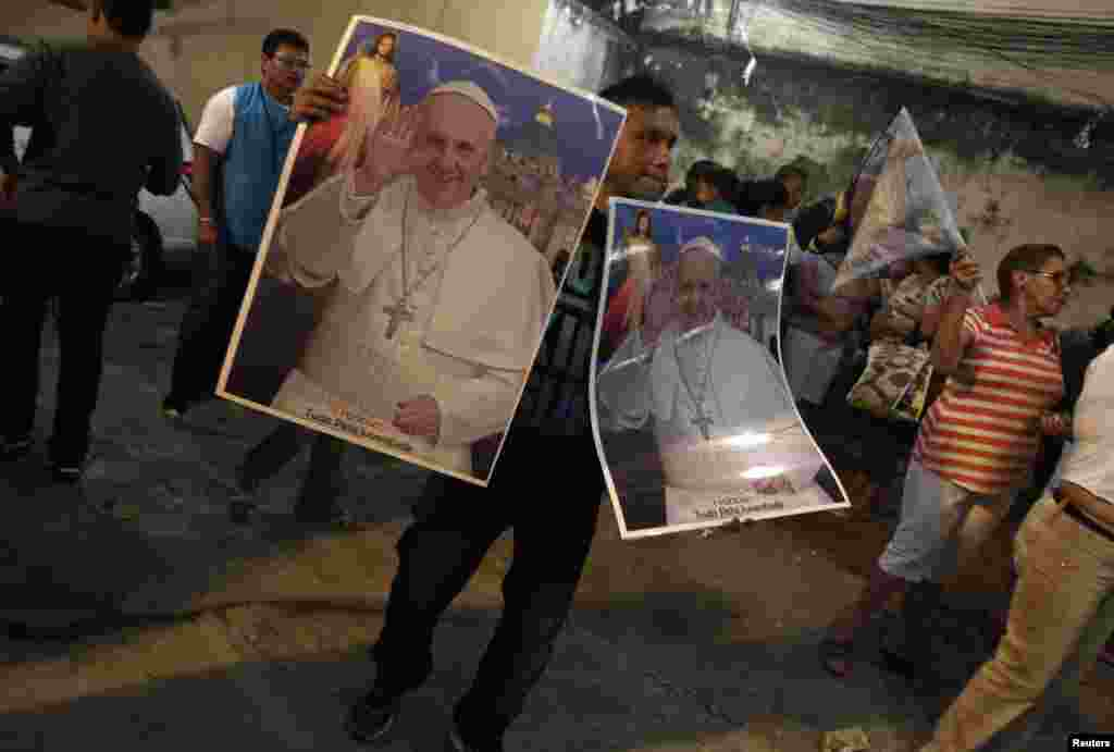 Un vendedor callejero ofrece posters del Papa Francisco en Río de Janeiro con motivo de la visita del Pontífice al país para la Jornada Mundial de la Juventud.