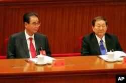 中共十七大主席台上有前总理李鹏(左)和朱熔基