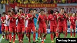 1일 서울 상암월드컵경기장에서 진행된 2018 러시아 월드컵 아시아지역 최종예선 중국과의 경기에서 3대2로 승리한 한국 선수들이 관중들에게 인사하고 있다. 뒤쪽으로 중국 응원단이 보인다.