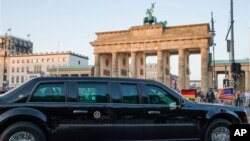 Đoàn xe của Tổng thống Obama vượt qua Cổng Brandenburg sau khi đến Berlin, Đức, ngày 18/6/2013.