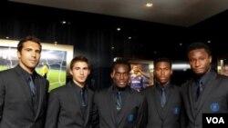 John Obi Mikel (paling kanan) berfoto bersama Henrique Hilario, Fabio Borini, Michael Essien dan Daniel Sturridge di London bulan Juli 2010 (foto dok.) Ayahnya dilaporkan diculik sejak Jumat lalu dan belum ditemukan hingga saat ini.
