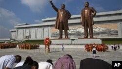 만수대 김일성, 김정일 부자상을 방문한 주민들이 단체로 절하고 있다. 국제인권감시단체 '프리덤하우스'는 올해도 북한을 최악의 언론 탄압국으로 분류했다.