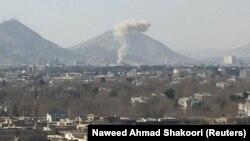 阿富汗首都喀布尔星期六炸弹袭击的浓烟 (2018年1月27日)