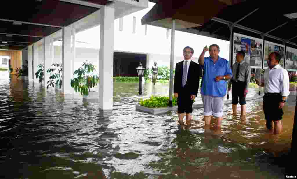 Indonesian President Susilo Bambang Yodhoyono inspects a flooded presidential palace compound in Jakarta, January 17, 2013.
