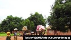 Quelques personnes fuient les zones de violences en Centrafrique, 26 septembre 2017. (Twitter/ @ONUinfo)