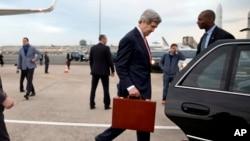 美国国务卿克里3月29日抵达巴黎后走进汽车