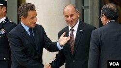 El presidente francés, Sarkozy, junto a Mustafa Abdel Jalil, presidente del CNT, durante el encuentro en Trípoli.