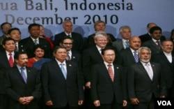 Perdana Menteri Timor Leste Xanana Gusmao (depan kanan) saat menghadiri Forum Demokrasi Bali di Nusa Dua, Desember 2010 lalu.