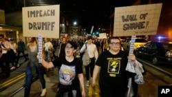 Des manifestants exigent que le président élu Donald Trump soit empêché d'accès au pouvoir, au cours d'une marche à Seattle, 9 novembre 2016.