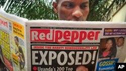 Tờ báo lá cải 'Red Pepper' của Uganda đã cho đăng danh sách '200 người đồng tính hàng đầu' của nước này, chỉ rõ một số người trước đó chưa hề công khai giới tính của mình, chỉ một ngày sau khi tổng thống Museveni ký ban hành luật chống đồng tính.