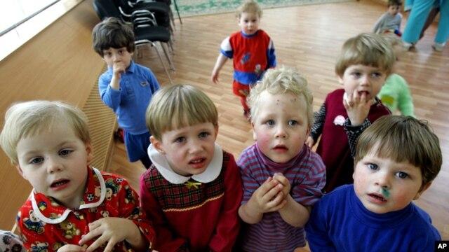 Trẻ em trong 1 bệnh viện ở Ust-Izhora bên ngoài St Petersburg, Nga, 30/5/2006