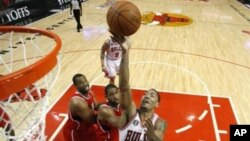 杰森•科林斯,左,在篮球赛中