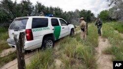 Agenti granične službe patroliraju duž američke granice sa Meksikom, nedaleko od Mekalena u Teksasu.