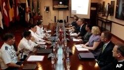 Trưởng đoàn đàm phán của chính phủ Philippines Carlos Sorreta gặp giới chức Mỹ tại trụ sở Bộ Quốc phòng ở ngoại ô thành phố Quezon, phía bắc Manila, Philippines, ngày 14/8/2013.