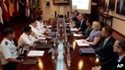 菲律宾和美国官员在马尼拉以北的奎松市菲律宾国防部总部举行会谈。(2013年8月14日)