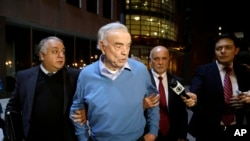 Jose Maria Marin, au milieu, quitte la court fédérale de Brooklyn à New York, Nov. 3, 2015.