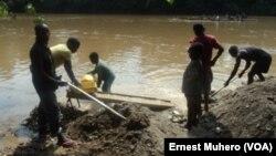 A Shabunda, les enfants travaillent dans les mines le long de la rivière Ulindi, en RDC, le 23 mars 2017. (VOA/Ernest Muhero)