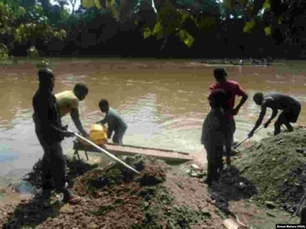 A Shabunda, les enfants travaillent dans les mines le long de la riviere Ulindi, en RDC, le 23 mars 2017. (VOA/Ernest Muhero)