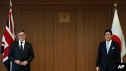 英国国防部采购部长奎因(左)在东京与日本防卫相岸信夫会晤。(2021年9月22日)