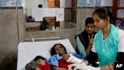 Povredjena putnica i njen sin leče se u bonlici u Kanpuru