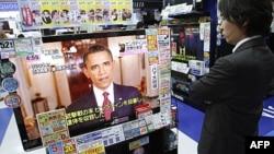 Truyền hình tại một cửa hàng điện tử tại Tokyo chiếu bài phát biểu của Tổng thống Hoa Kỳ Barack Obama về cái chết của Bin Laden, ngày 2/5/2011