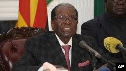 Le président du Zimbabwe Robert Mugabe donne un discours à la nation à Harare, Zimbabwe, le 19 novembre 2017.