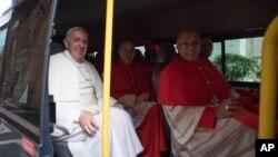Le pape François, à gauche, assis dans un minibus avec les nouveaux cardinaux qu'il vient de créer, a Vatican, 19 novembre 2016.