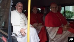 Папа Франциск в автобусі з новопризначеними кардиналами. Ватикан, 19 листопада 2016 року.