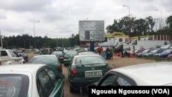 File de véhicules devant une station service, à Brazzaville, le 14 avril 2017. (VOA/Ngouela Ngoussou)