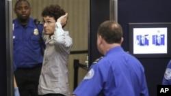 一名乘客在波士顿机场接受安全检查(资料照片)