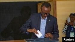 Paul Kagame, lokacinda yake jefa kuri'arsa.