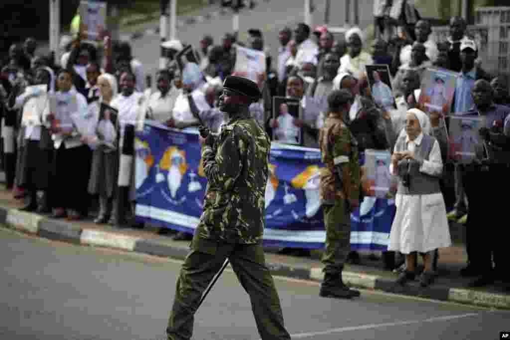 Wanajeshi wanashika ulinzi katika barabara ya Nairobi wakisubiri kuwasili kwa Papa Francis.