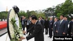 지난해 5월 버마를 방문해 아웅산 국립묘지에 참배하는 이명박 한국 대통령. (자료사진)