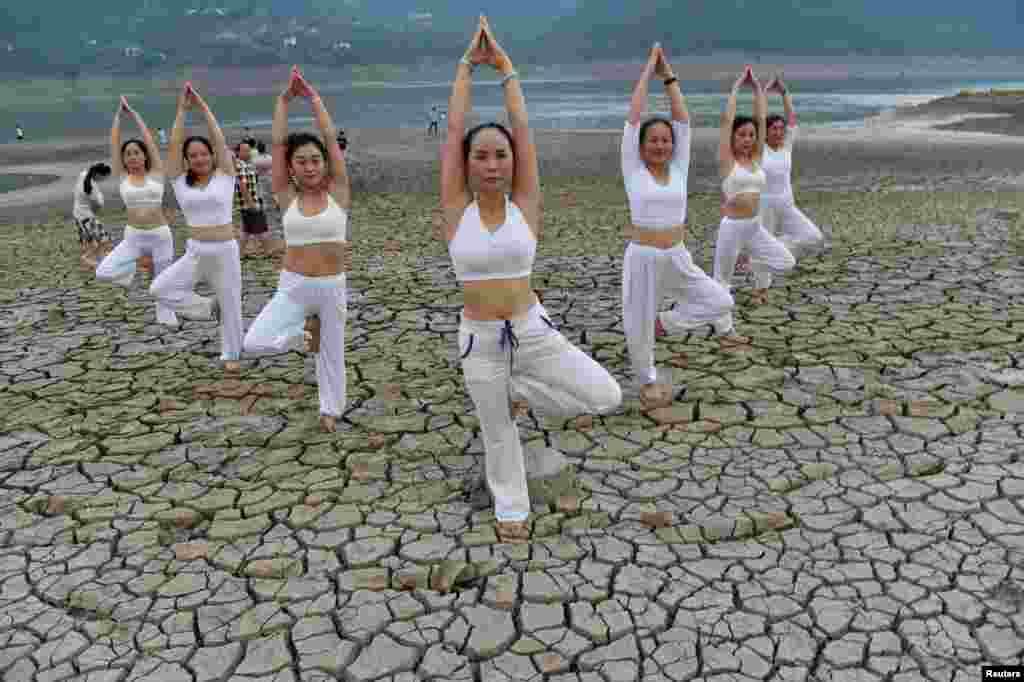 این زنان هم در کنار یک رودخانه در شهر چونگکینگ در غرب چین یوگا اجرا می کنند.