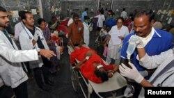 مندر میں زہریلے چاول کھانے سے بیمار ہونے والوں کو اسپتال میں طبی امداد دی جا رہی ہے۔ 17 دسمبر 2018