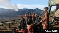 Aktivitas pada radius aman untuk wisatawan di kawasan wisata gunung Bromo (FOto: VOA/Petrus).