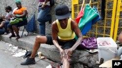 Une femme applique des produits éclaircissant la peau à Kingston, Jamaïque, 15 février 2011.
