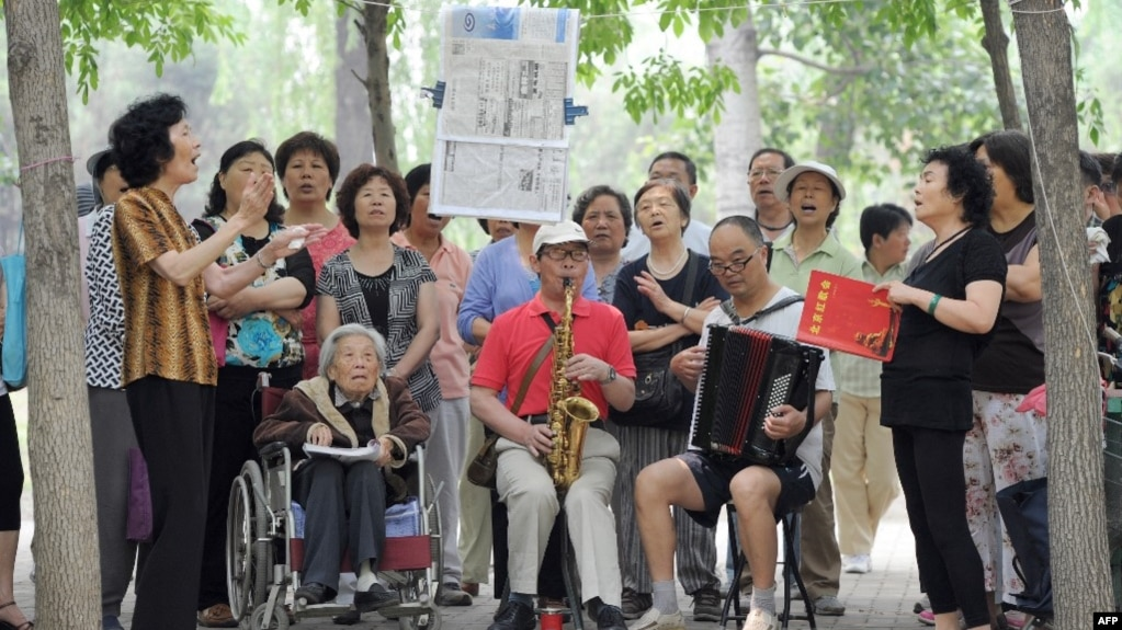 资料照:一组退休人员在北京公园里唱红歌。(photo:VOA)
