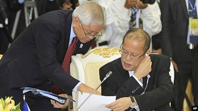 Philippines' President Benigno Aquino III, right, talks with his Foreign Minister Albert del Rosario, left, during the retreat meeting at the 20th ASEAN Summit at the Peace Palace in Phnom Penh Cambodia, April 4, 2012.